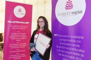 En la fotografía esta Caridad Sánchez enseñando el premio