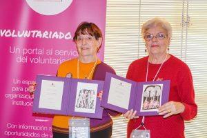 En la fotografía está Paquita Codina y Paquita Fernández enseñando el premio