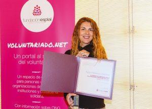 En la fotografía esta Núria Perpinyà enseñando el premio