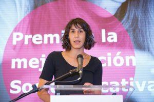 En la fotografía está Paula Cueto enseñando el premio